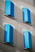 Світлі стіни і бірюзові віконниці типові для провансальських будинків