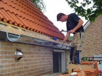 Установка відливів на даху